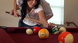 This girl sucks at pool